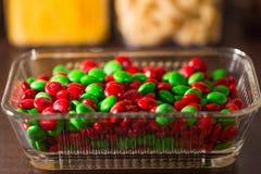 Bonbons au chocolat colorés à bouton de m&m sur la table Image stock