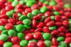 Bonbons au chocolat colorés à bouton de m&m sur la table Image libre de droits
