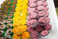 Bonbons au chocolat colorés étendus sur un compteur Image stock
