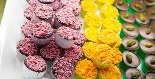 Bonbons au chocolat colorés étendus sur un compteur Photographie stock
