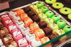 Bonbons au chocolat colorés étendus sur un compteur du marché Images libres de droits