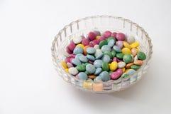 Bonbons au chocolat colorés dans une cuvette en cristal Photographie stock