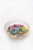 Bonbons au chocolat colorés dans une cuvette en cristal Image libre de droits
