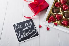 Bonbons au chocolat délicieux dans le boîte-cadeau sur le fond en bois blanc Image stock