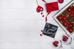 Bonbons au chocolat délicieux dans le boîte-cadeau sur le fond en bois blanc Photo libre de droits