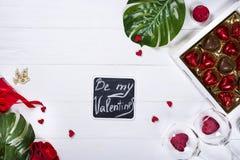 Bonbons au chocolat délicieux dans le boîte-cadeau sur le fond en bois blanc Photo stock