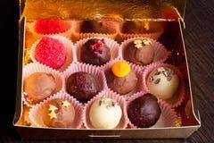 Bonbons au chocolat délicieux dans le boîte-cadeau sur le plan rapproché de table Photographie stock