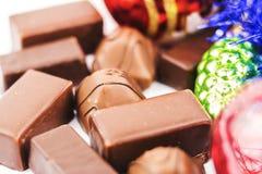 Bonbons au chocolat délicieux en gros plan et décorations de Noël Photo stock