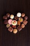 Bonbons au chocolat délicieux sur le fond en bois Photos libres de droits