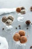 Bonbons au chocolat dans des bols en verre de glace photographie stock