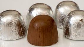 Bonbons au chocolat dans l'aluminium d'isolement sur le blanc Images stock
