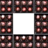 Bonbons au chocolat dans les giftboxes d'isolement sur le fond blanc Confiserie assortie de chocolats dans leurs boîte-cadeau Ens Photographie stock