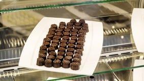 Bonbons au chocolat dans une boutique de pâtisserie Photos libres de droits