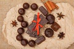 Bonbons au chocolat diverses barres de forme et de chocolat avec des écrous mis Photos libres de droits