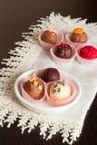 Bonbons au chocolat du petit plat blanc, verticale, fin  Images stock