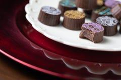 Bonbons au chocolat fins à artisan sur le plat de portion Photo stock