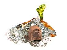 Bonbons au chocolat nons emballé dans l'aluminium d'or image libre de droits