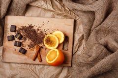 Bonbons au chocolat orange et cannelle sur le bureau en bois above Images libres de droits