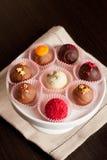 Bonbons au chocolat sur le plateau blanc Image libre de droits