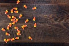Bonbons au maïs aléatoires sur le dessus carbonisé de Tableau images libres de droits