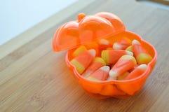 Bonbons au maïs dans un plat de sucrerie Photo stock