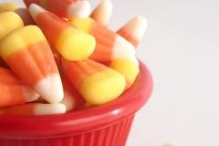 Bonbons au maïs dans une cuvette rouge Images libres de droits