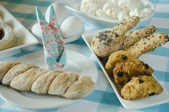 Bonbons auf der Feiertagstabelle und -eiern Schönes Gedeck Ostern-Motiv Lizenzfreies Stockfoto