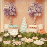 Bonbons auf der Hochzeitstafel Von Hand gezeichnete Tiefenlinien und Anschläge Stockbilder