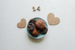 Bonbons backt auf einem weißen Hintergrund auf einer Platte zusammen stockfotografie