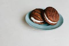 Bonbons backt auf einem weißen Hintergrund auf einer Platte zusammen lizenzfreie stockfotos