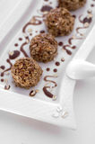 Bonbons backt mit Schokolade zusammen stockbild