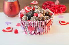 Bonbons, biscuits et coeurs décoratifs pour le jour du ` s de Valentine dans le panier Foyer sélectif, l'espace pour le texte Photographie stock libre de droits