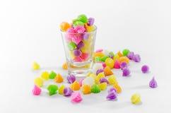 Bonbons colorés dans pourpre jaune-orange vert et Images stock