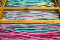 Bonbons colorés sur le marché libre photo stock