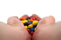 Bonbons dans des mains image libre de droits