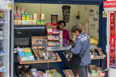 Bonbons de achat à femme dans la gare ferroviaire de kiosque près de Windsor Castle Images libres de droits