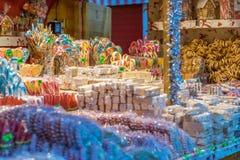 Bonbons, die am Sibiu-Weihnachtsmarkt in Rumänien, 2017 verkauft werden Stockfotos