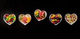 Bonbons durs délicieux dans la rangée des cuvettes en céramique Photographie stock libre de droits