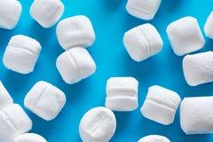 Bonbons en bon état à blanc sur le fond bleu Photos stock