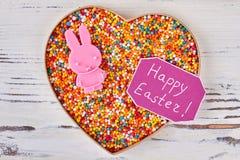 Bonbons et carte de Pâques heureuse Photographie stock libre de droits