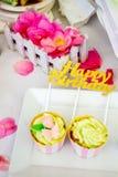 Bonbons et desserts, table décorée pour une partie, servi de approvisionnement Photographie stock