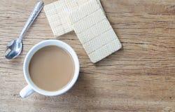 Bonbons et tasse de café chaud sur la vieille table en bois Vue supérieure Images stock