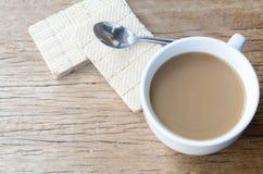 Bonbons et tasse de café chaud sur la vieille table en bois Vue supérieure Photographie stock libre de droits
