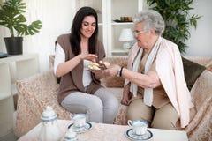 Bonbons et thé au ` s de grand-maman Photographie stock libre de droits