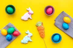 Bonbons für feiern Ostern Lebkuchen in Form von Osterhasen und von Ostereiern Draufsicht des gelben Hintergrundes Lizenzfreie Stockfotografie