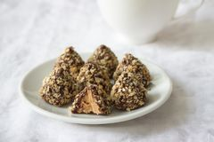 Bonbons faits maison avec le beurre d'arachide, le lustre de chocolat et les miettes de gaufre Photographie stock
