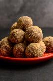 Bonbons faits maison faits de dattes sèches et noix Image libre de droits