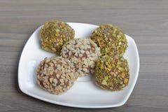 Bonbons faits maison Truffes de chocolat avec une miette d'arachides et de pistaches image libre de droits