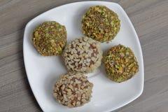 Bonbons faits maison Truffes de chocolat avec une miette d'arachides et de pistaches images libres de droits