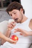 Bonbons gegen Früchte Lizenzfreie Stockfotos